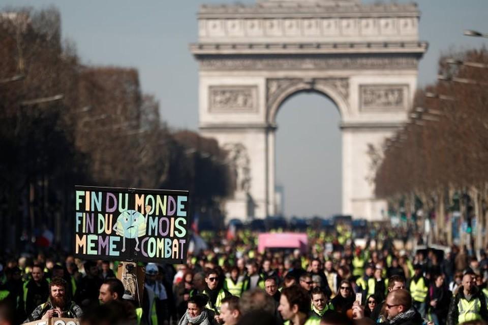 В Париже в манифестациях участвуют около трех тысяч человек