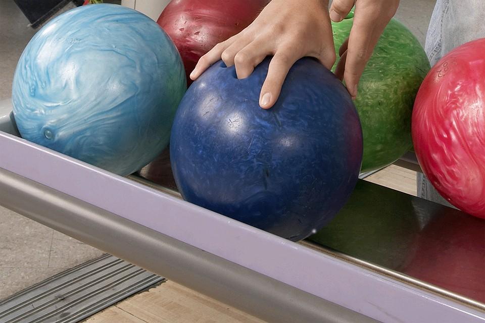Москвич использовал шар для боулинга как аргумент в споре.