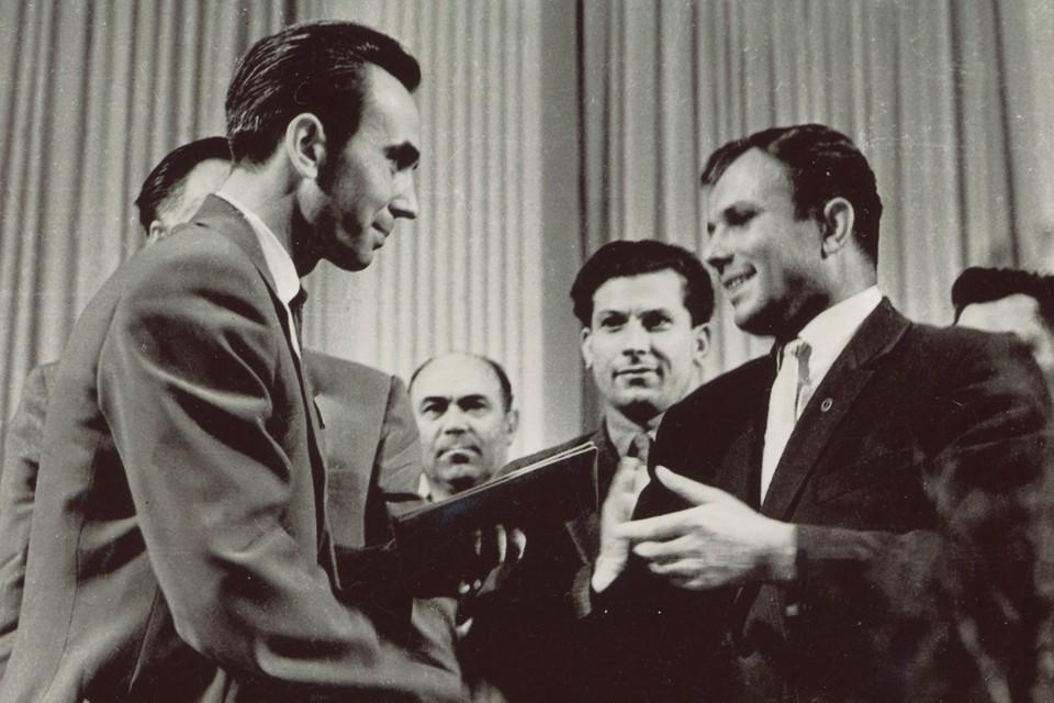 Вячеслав Рябов (слева) и Юрий Гагарин, архивный снимок.