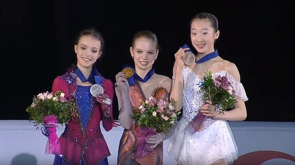 Слева направо: Анна Щербакова, Александра Трусова и Тинг Суэй. Фото: Первый канал.