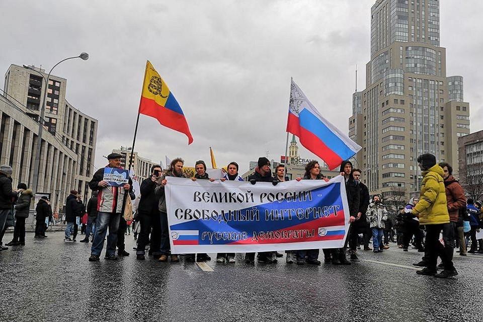 На проспект Сахарова пришли совершенно разные люди - от коммунистов и комсомольцев под красными флагами до яблочников и прочих представителей либерального лагеря