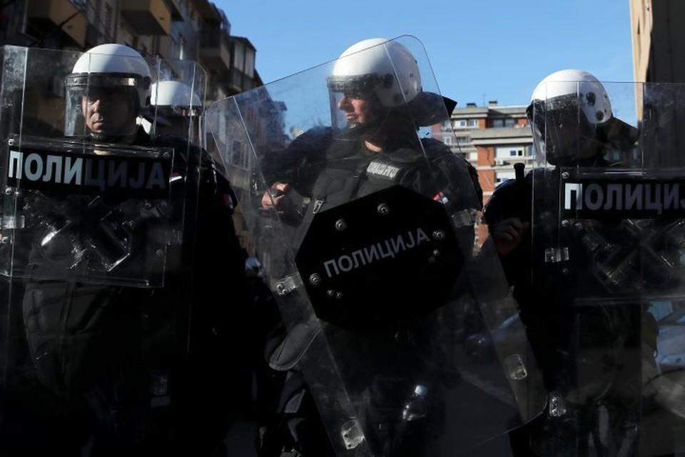 В Белграде протестующие окружили управление полиции