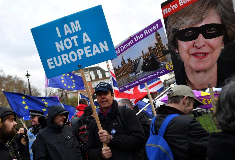 Пикеты сторонников и противников брексита у здания парламента в Лондоне.