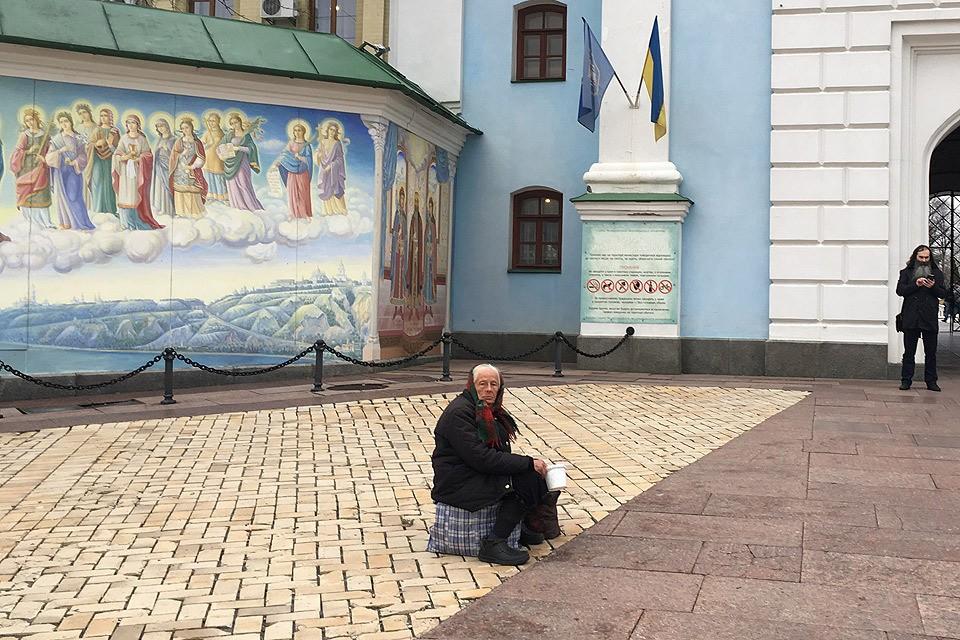На стенах Михайловского монастыря висят флаги. Фото Анастасия МАТВЕЕВА