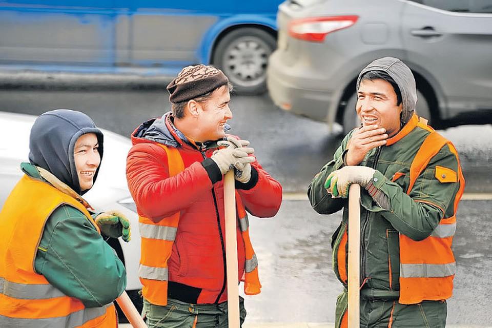 Мигранты из Средней Азии приезжают в Россию на заработки. Но быстро осваиваются.