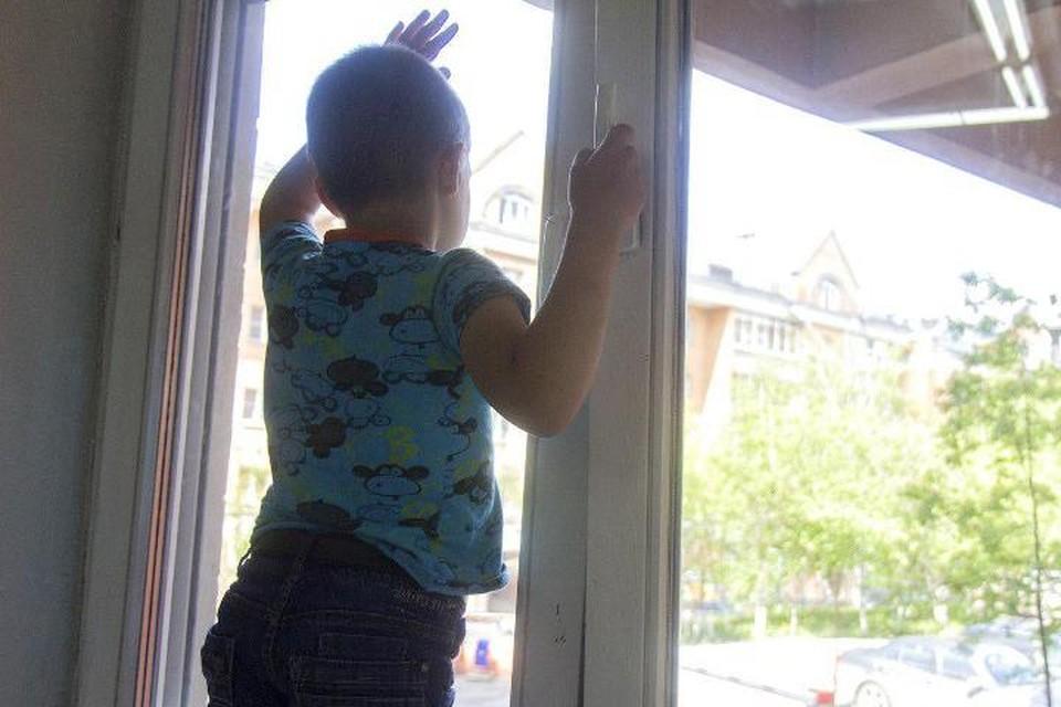 7-летний Алеша выпал из окна и не пострадал.