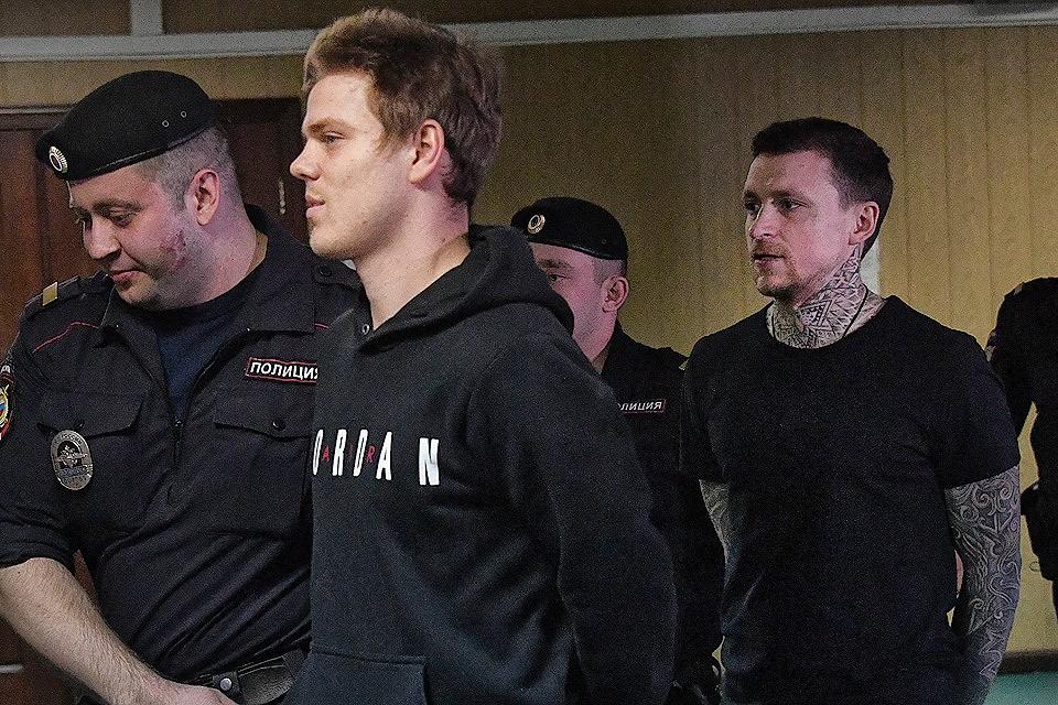 Футболисты Александр Кокорин и Павел Мамаев перед началом судебного заседания 3 апреля 2019 г.