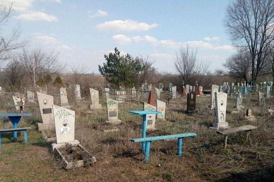 Теперь посещение кладбищ в Донбассе относится к очень опасным мероприятиям. Фото: 62.ua