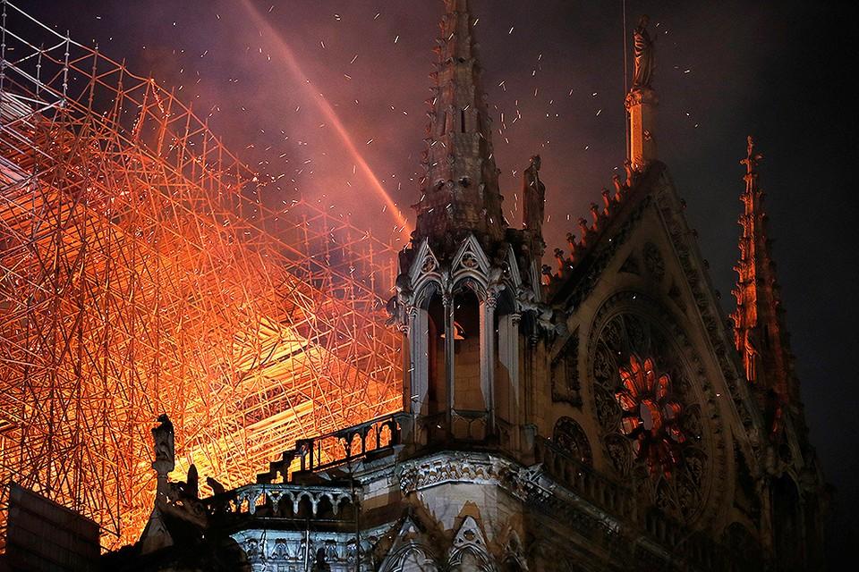 Французским властям предстоит выяснить причины пожара в Соборе Парижской Богоматери.