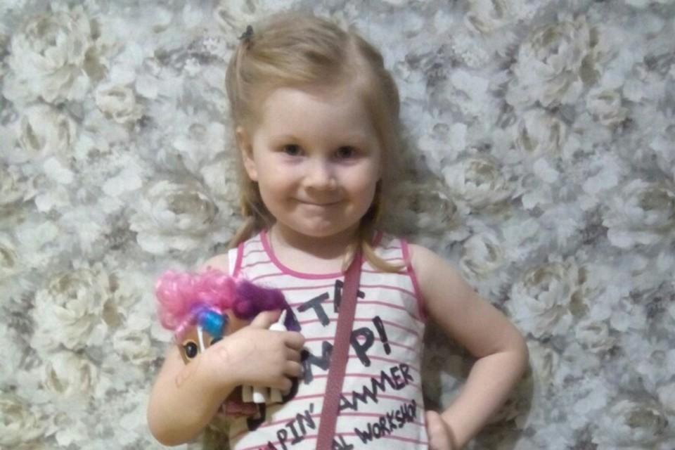 Малышка рада, что ее игрушечные питомцы нашлись. Фото: Нина Нагимова.