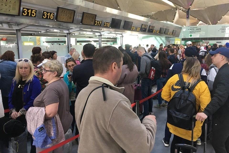 Туристы, которые собирались лететь на отдых в Китай из Петербурга, так и остались в Пулково.