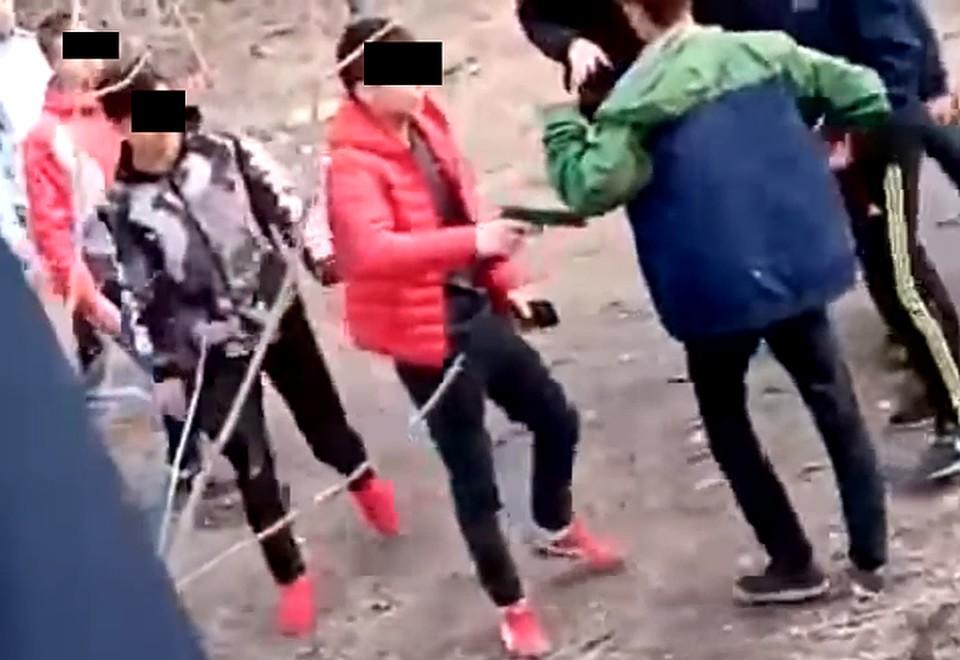 На разборки ребята принесли биты и пистолет.