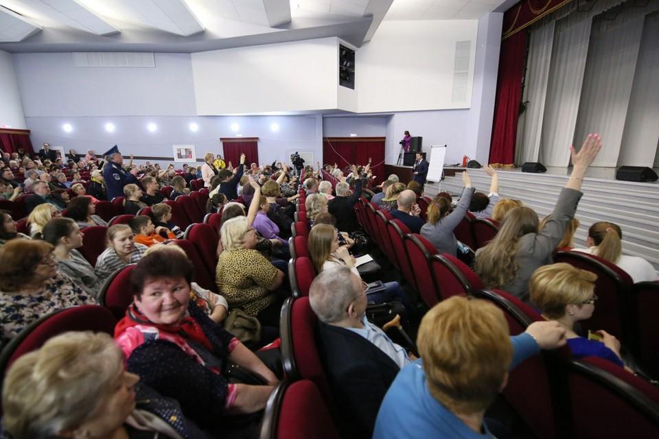 На встрече в Коле Андрея Чибиса завалили вопросами и не только здравоохранении и ЖКХ. Фото: Из архива Андрея Чибиса