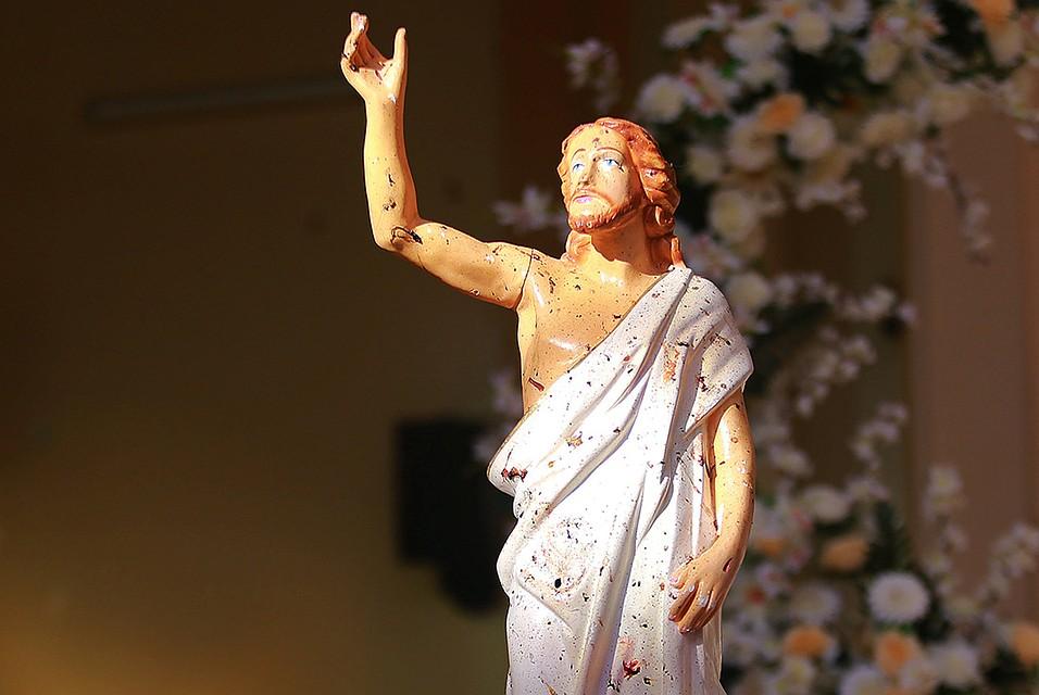 Следы страшного теракта на статуе Иисуса Христа в одной из церквей Шри-Ланки.