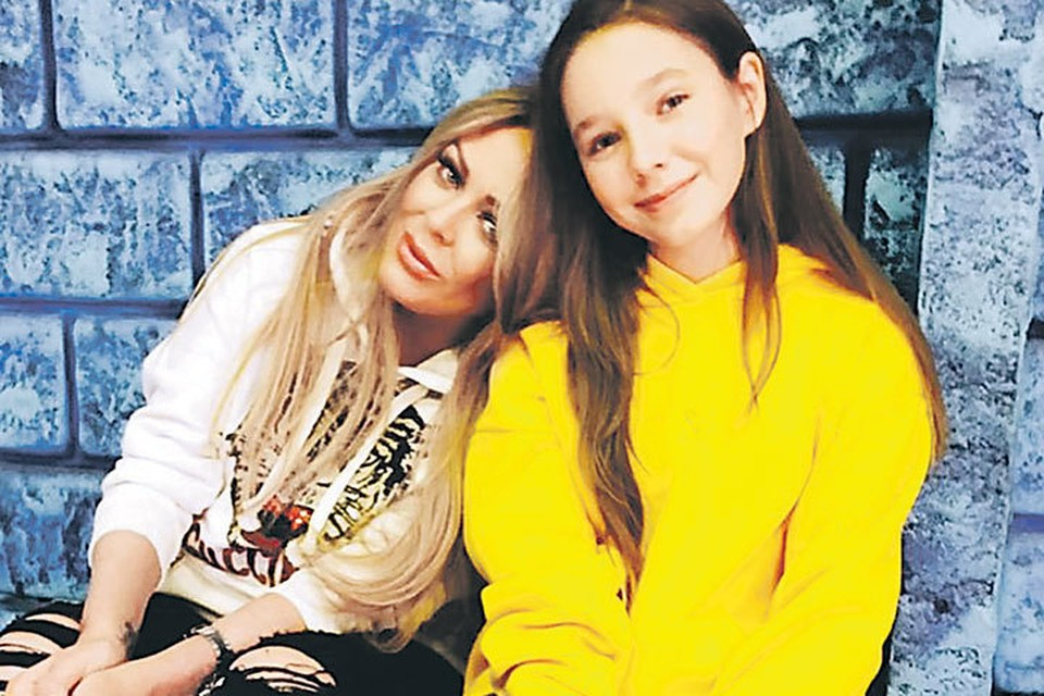 Певица мечтала, что дочь Вера (она справа) пойдет по ее стопам. Но кто мог подумать, что свою первую песню девочка исполнит в память о маме. Фото: instagram.com/julianachalova