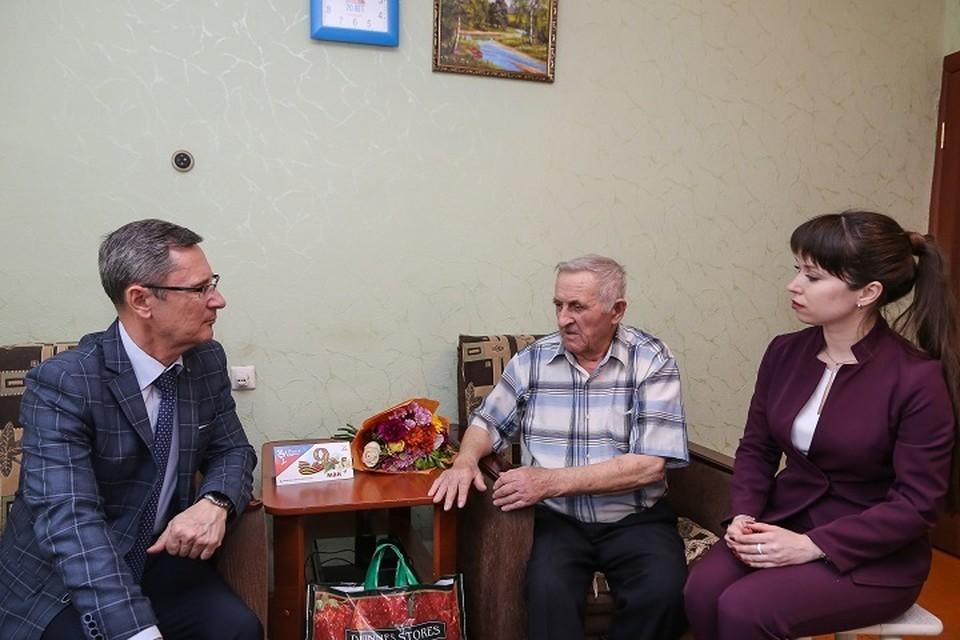 7 мая прошло торжественное собрание с концертом, на котором генеральный директор ПО «Нижнекамскнефтехим» поздравил ветеранов. После торжества состоялось чаепитие.