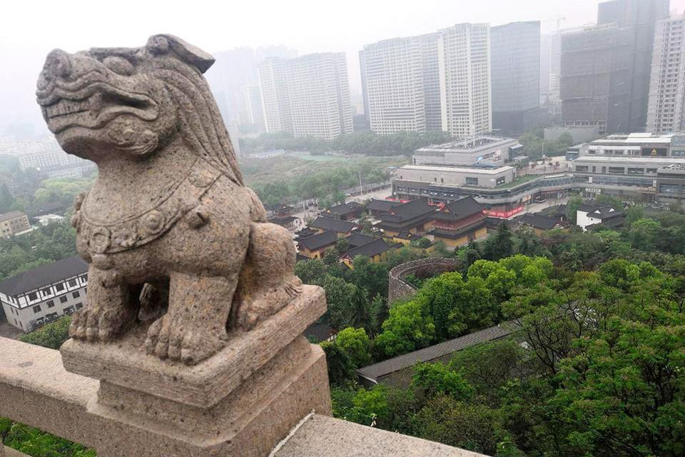 Время в Китае понятие относительное. Средневековая династия Мин, по местным меркам, не такое уж далекое прошлое. Фото: Алексей Иванов.