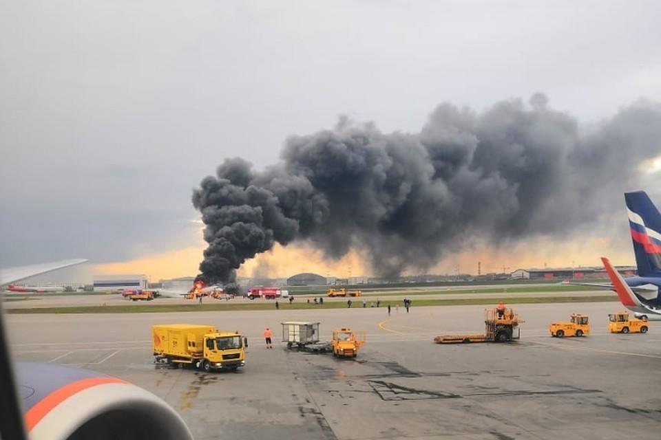 Горящий самолет пытают потушить. Фото: соцсети