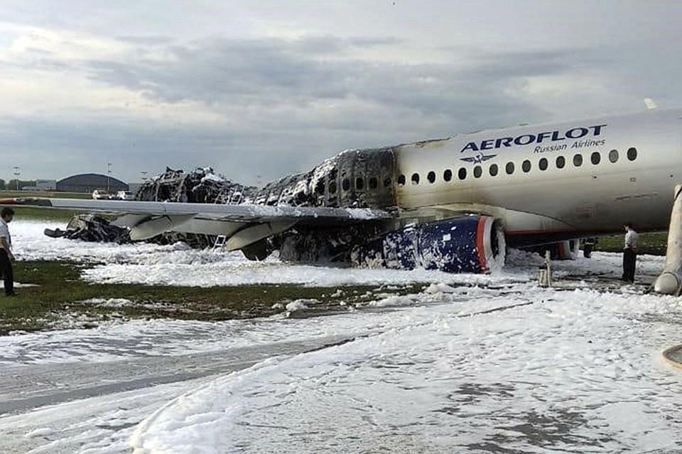 В результате пожара полностью выгорела половина самолета Фото: EAST NEWS