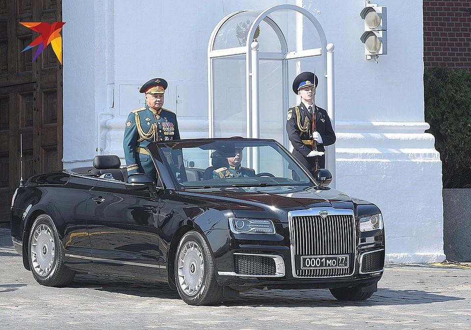 Министр обороны Сергей Шойгу появился на параде на новом кабриолете Aurus.