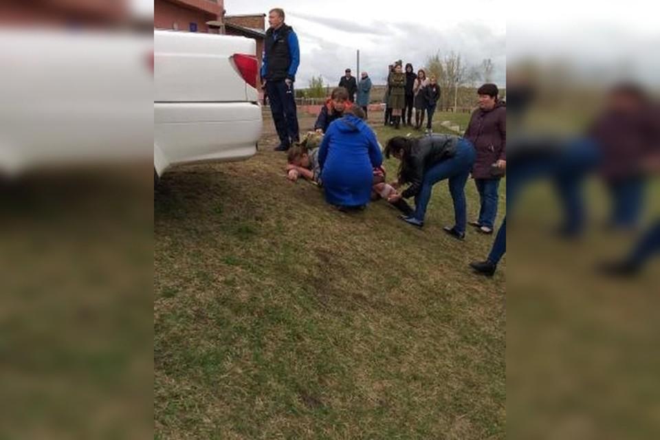 ДТП в Мамонах: иномарка сбила пять человек, полицейские ищут свидетелей. Фото: группа ДТП 38RUS.