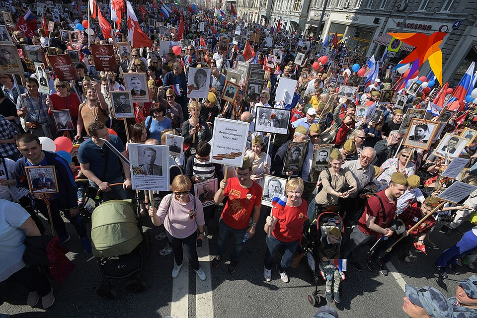 Ежегодно в акции Бессмертный полк в Москве в России и по всему миру участвуют потомки тех кто в годы Великой Отечественной войны сражался