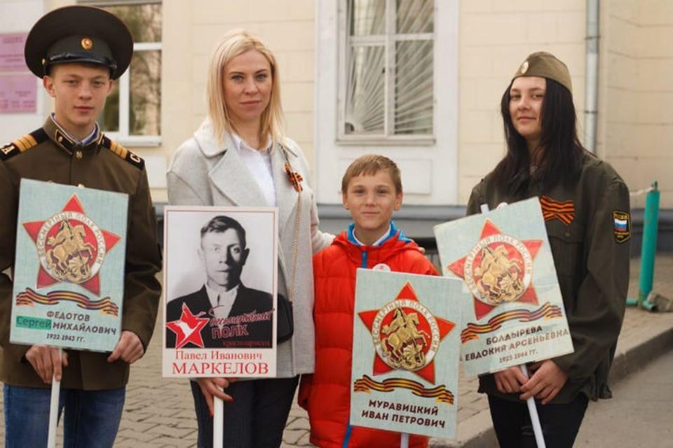 Искал фото прадеда, нашел семью: Кирилл из детского дома благодаря акции «Бессмертный полк» в Хабаровске впервые встретился с родными. ФОТО: предоставлено Альбиной Ефремовой.