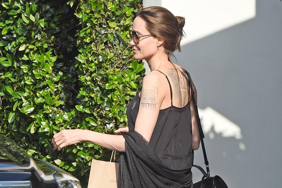 Знаменитость не появляется на светских мероприятиях и мало снимается. Поэтому любое появление Джоли на публике вызывает ажиотаж