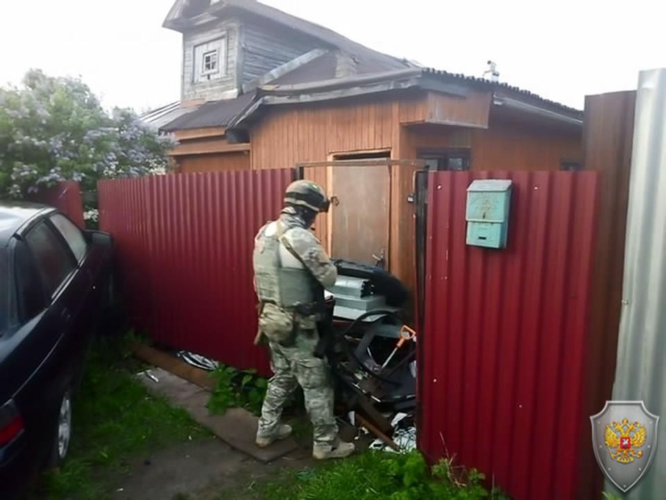 Боец спецназа входит во двор дома, где засели боевики. Фото: НАК