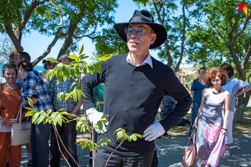 Михаил Боярский посадил в Севастополе дерево