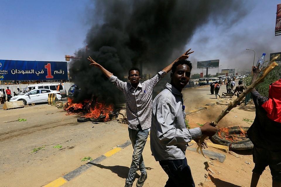 Военные Судана открыли огонь по протестующим в Хартуме