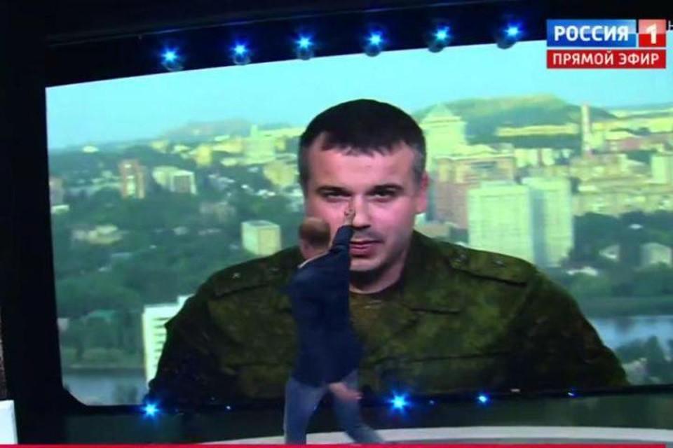 На экране – начальник пресс-службы народной милиции ДНР Даниил Безсонов, которому Всеволод Непогодин показал неприличный жест