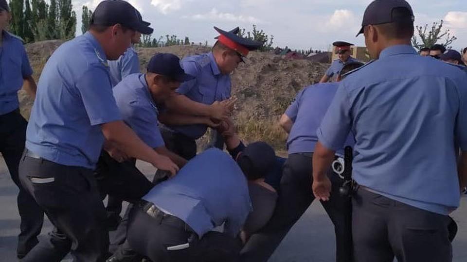 Милиционеры задержали наиболее агрессивных сельчан.