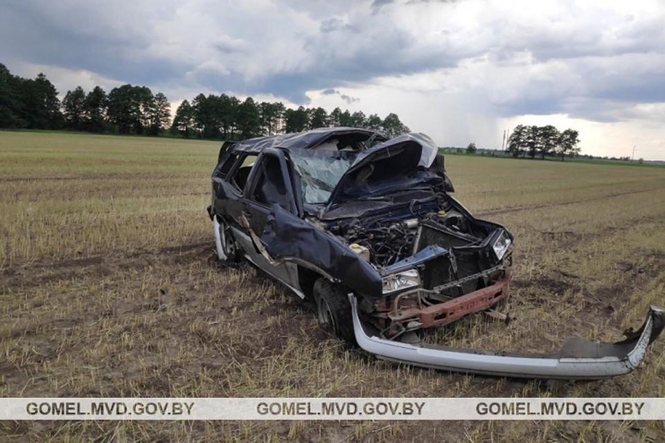 Девушка не справилась с управлением и машина угодила в кювет. Фото: УВД Гомельского облисполкома.