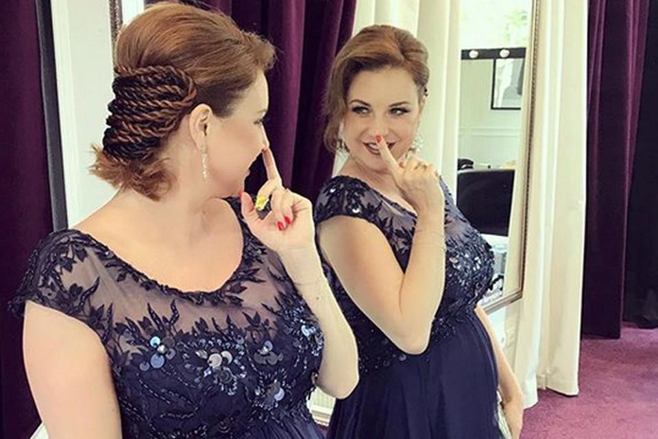 Ирина Слуцкая выбрала для церемонии темно-фиолетовое платье в пол с завышенной талией