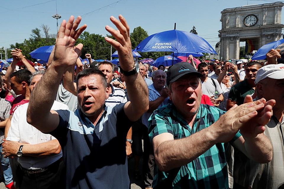 В данный момент в Кишиневе собираются сторонники Демократической партии, которая выступает против президента Додона