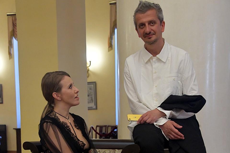 Телеведущую с бокалом шампанского встречал режиссёр Константин Богомолов