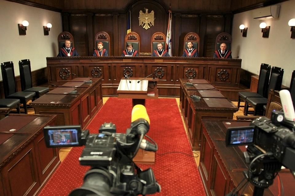 Члены КС заговорили о политическом давлении, после того как принимали одно незаконное решение за другим
