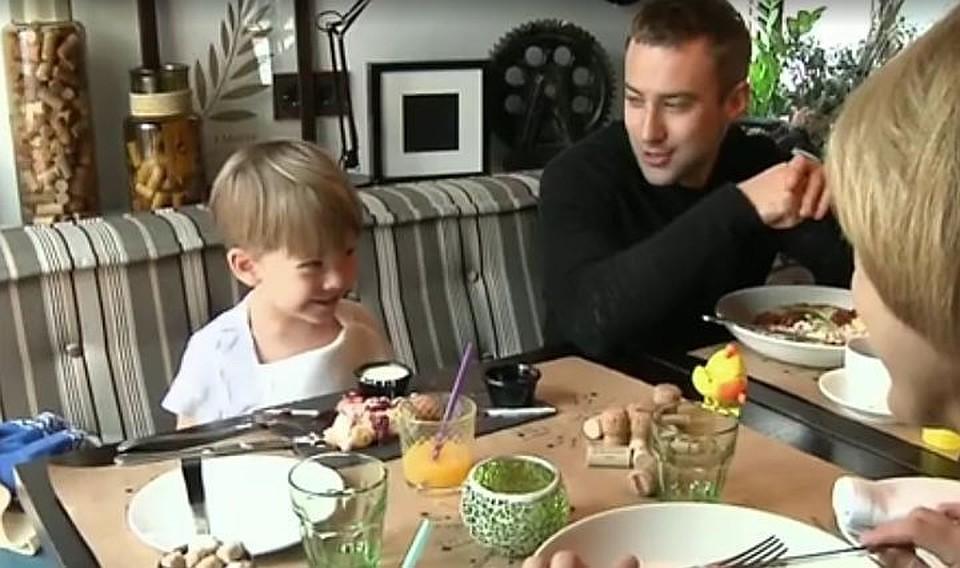 В Инстаграме Дмитрий признался, что ему не удается быть строгим отцом. Фото: кадр видео.