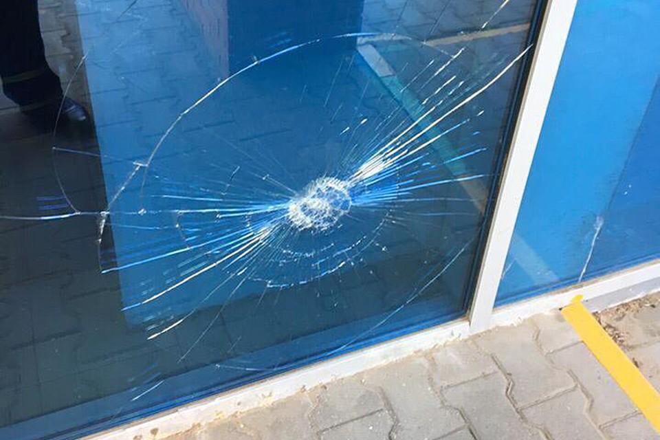Прямо на главном входе кто-то оставил послание чиновникам в виде разбитого стеклопакета