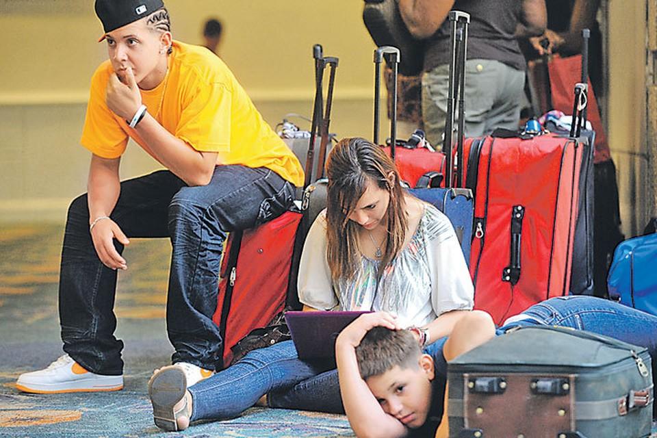 - Сдавать или не сдавать чемодан, вот в чем вопрос. Или на поезде поехать?..