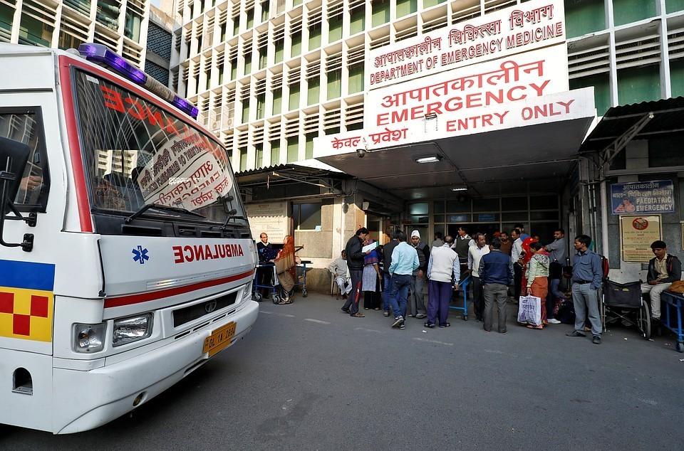 В Индии перевернулся автобус с пассажирами