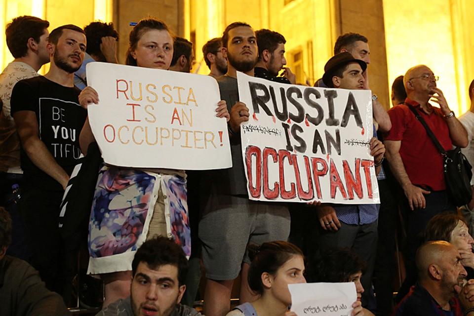 Грузинское правительство, похоже, в шоке, и пока не знает - как быть. Отказаться от привычной анти-российской риторики оно не может, иначе оппозиция снова закричит о «Руке Москвы»