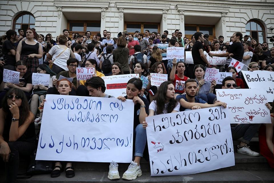 Проезда нет: Абхазия закрыла границу с Грузией