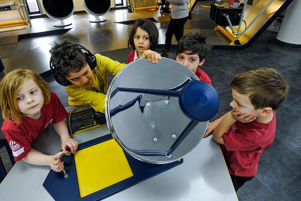 Юные посетители в залах музея Московского планетария.
