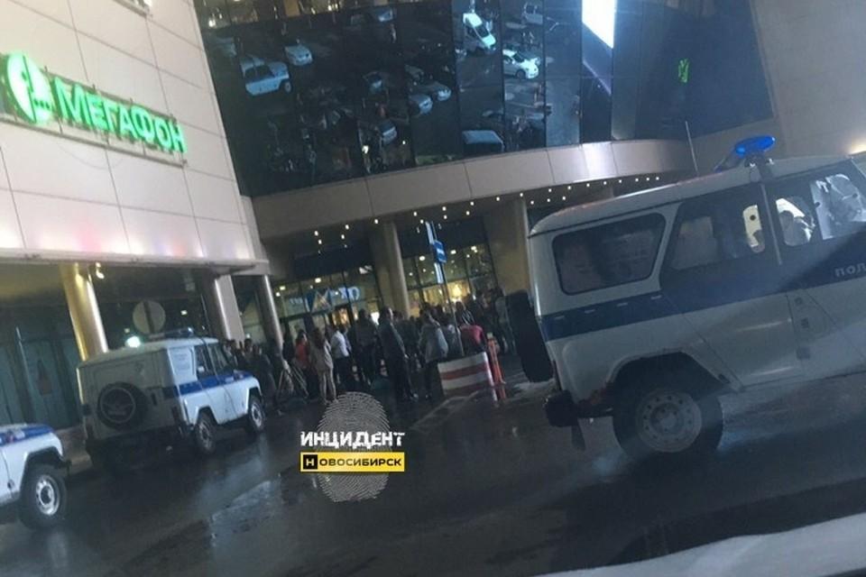 """На место происшествия приехала полиция. ФОТО: """"Инцидент-Новосибирск"""""""