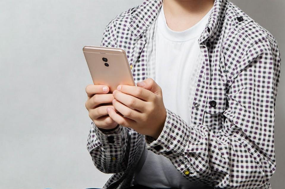 Матвиенко: необходимо запретить ученикам использовать телефон в школе
