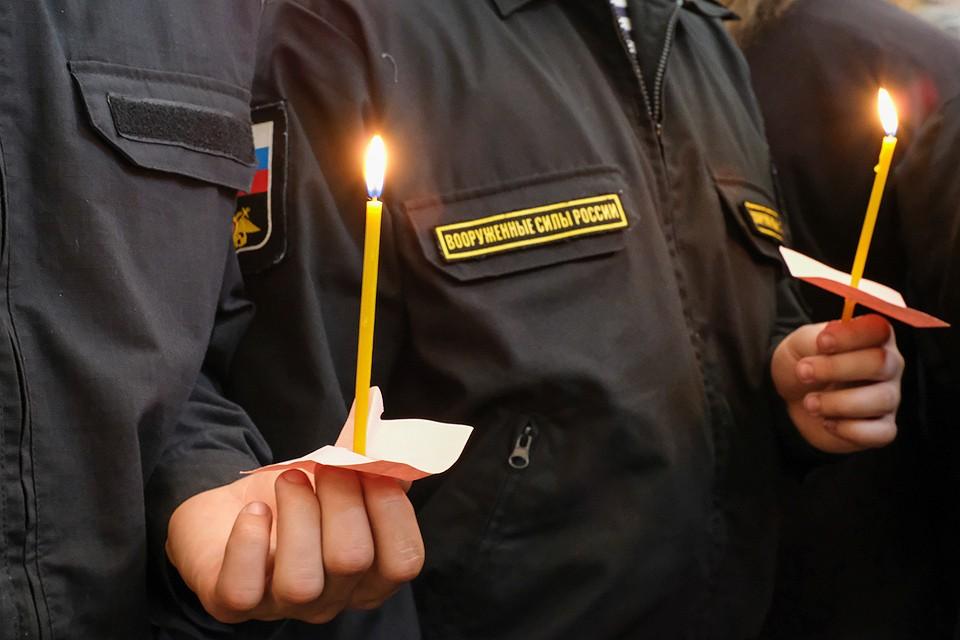 Во время панихиды по погибшим на подлодке АС-31 морякам в Никольском соборе Кронштадта.
