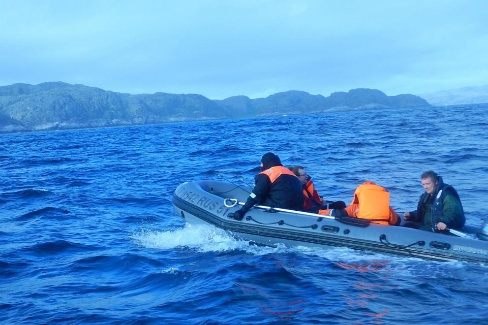 На корабле пограничников потерпевшим предложили еду и медпомощь. Фото: пресс-служба ПУ ЗАР.