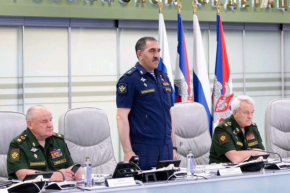 Генерал-лейтенант Юнус-Бек Евкуров в Министерстве обороны будет отвечать за боевую подготовку и безопасность полетов.